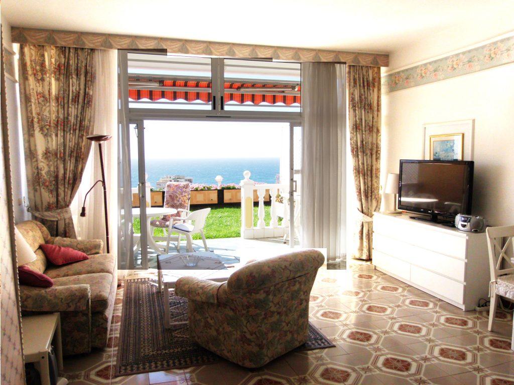 salon y balcon vista al mar